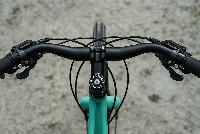 A more backswept handlebar gives the Pinnacle a relaxed riding position that compliments its wide tyres
