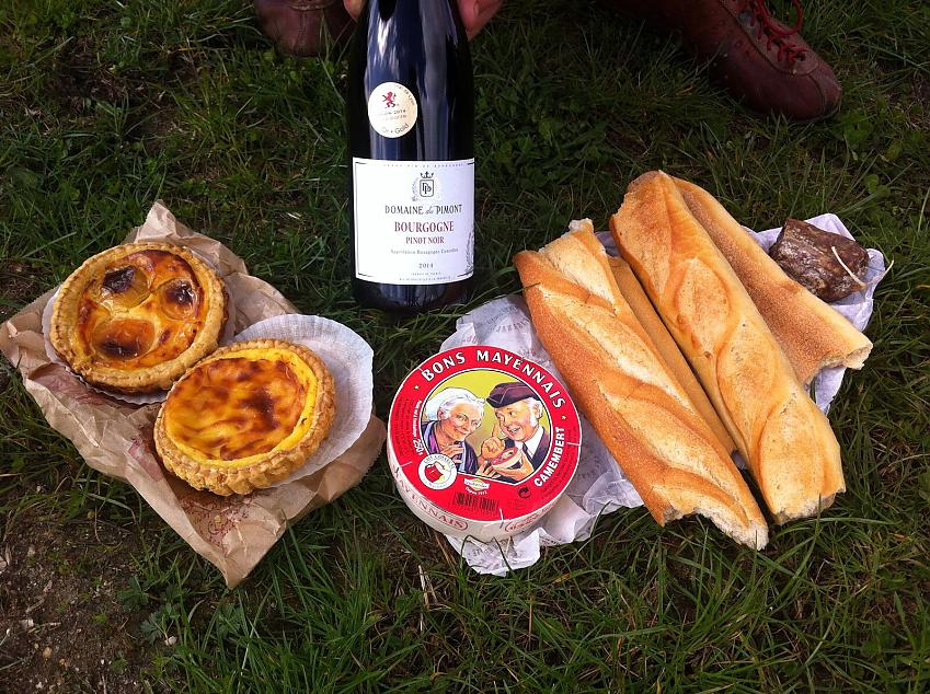 A typical road side picnic along the Avenue Verte