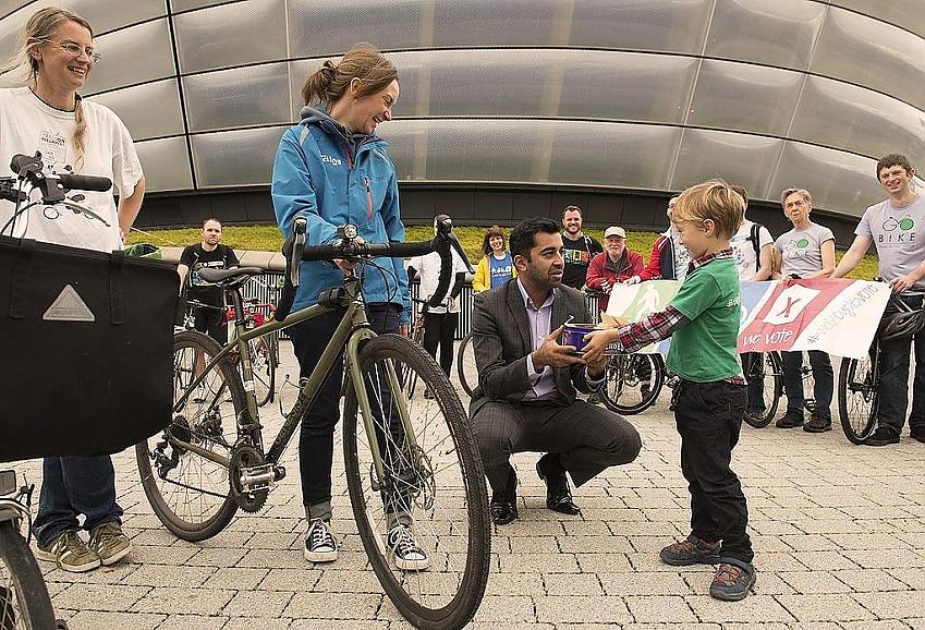 The WalkCycleVote partners present a cake to the Minister for Transport to celebrate the doubling of the active travel budget